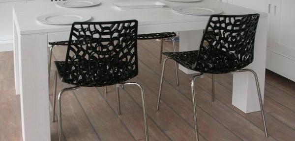Tavoli castagnetti c mobili decorati for Mobili decorati moderni